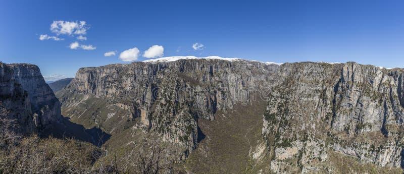 Opinião do desfiladeiro de Vikos, a garganta a mais profunda do panorama no mundo foto de stock royalty free