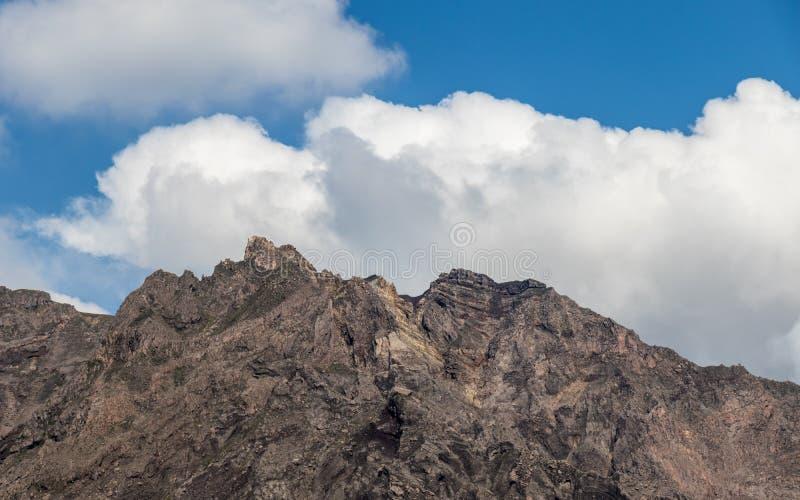 Opinião do detalhe na cratera de Vulcan entrado em erupção Sakurajima Tomado da vigia do lugar da opinião de Yunohiro Localizado  fotografia de stock royalty free