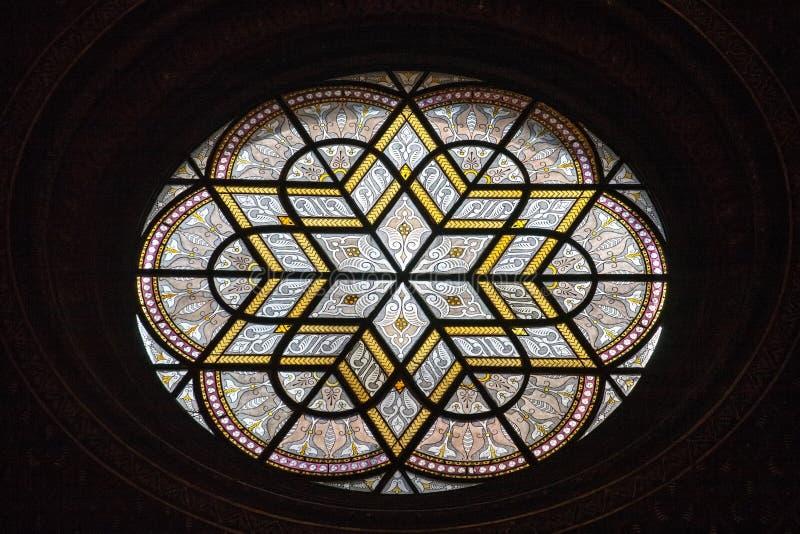 Opinião do detalhe do teste padrão do close up da janela de vidro colorido fotografia de stock royalty free