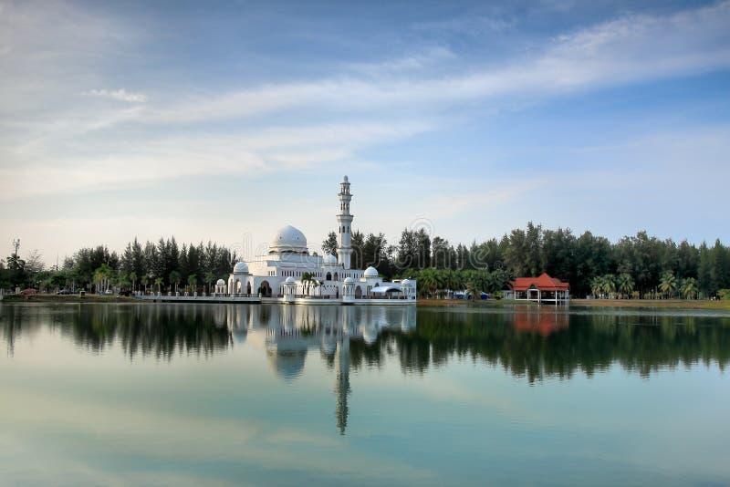 Opinião do dia da mesquita de flutuação fotografia de stock royalty free