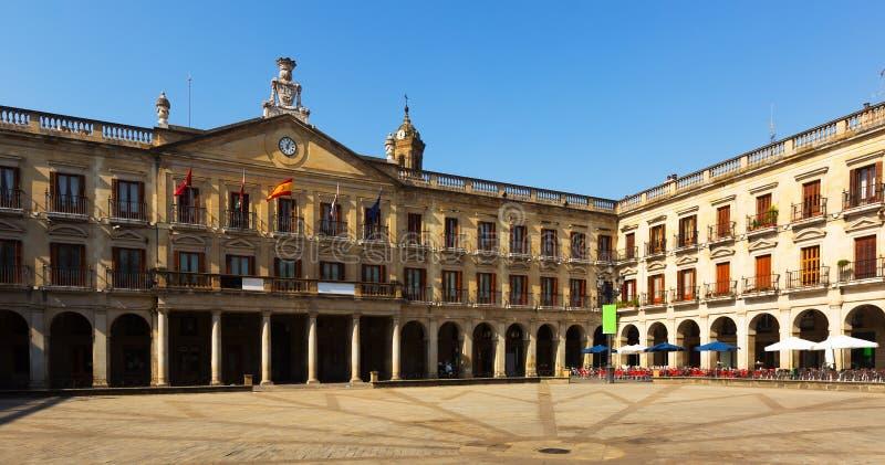 Opinião do dia do quadrado e da câmara municipal novos Vitoria-Gasteiz fotografia de stock