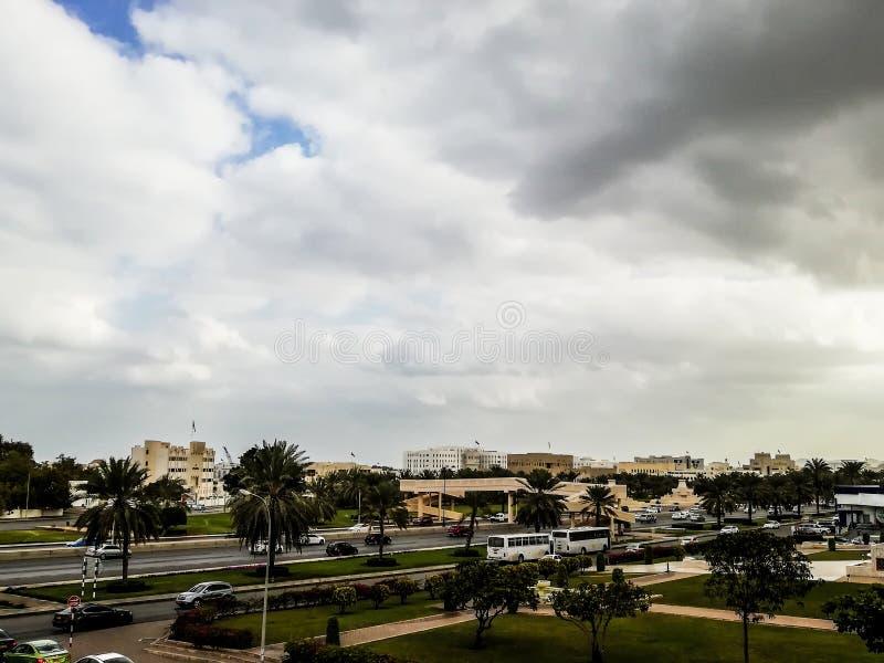 Opinião do direito de Al Khuwair Zawawi Mosque na frente da estrada principal de Muscat foto de stock