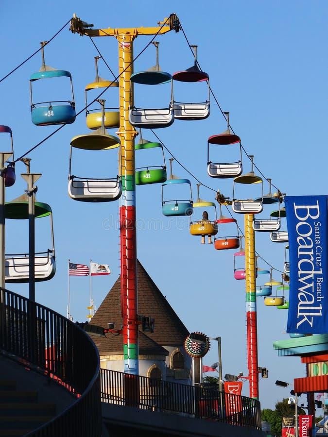 A opinião do fim da tarde da gôndola colorida com céu azul e o passeio à beira mar assinam dentro Santa Cruz, Califórnia imagem de stock royalty free