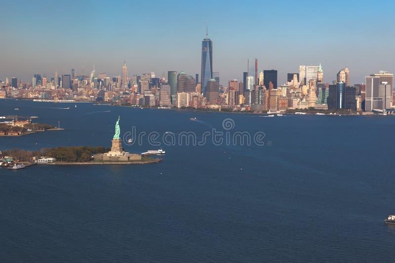 Opinião do helicóptero da estátua da liberdade na baixa Manhattan do fundo Silhueta do homem de negócio Cowering Liberty IslandMa fotos de stock royalty free