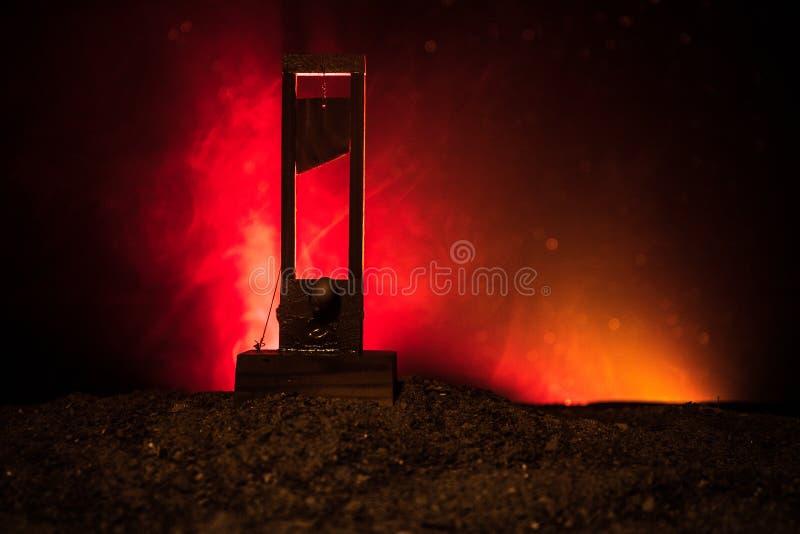 Opinião do horror da guilhotina Close-up de uma guilhotina em um fundo nevoento escuro foto de stock