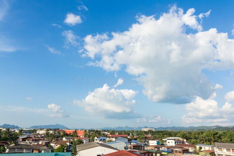 opinião do housetop no céu azul fotografia de stock