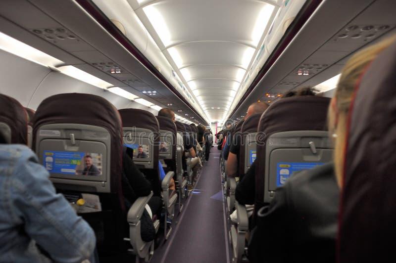 Opinião do interior dos aviões de WizzAir foto de stock
