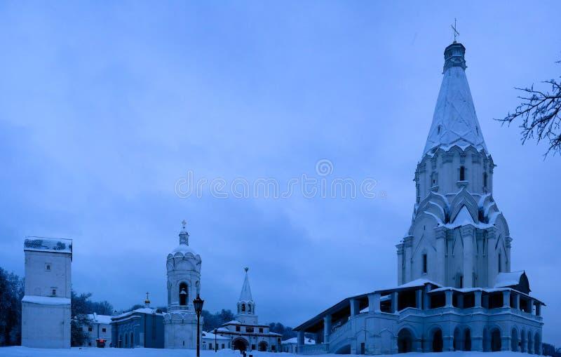 Opinião do inverno à igreja da ascensão e à igreja de St George com belltower Kolomenskoye, Moscou, Rússia fotos de stock royalty free