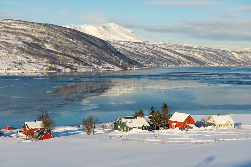 Opinião do inverno ao fiorde de Lavangen e à vila de Soloy, condado de Troms, Noruega imagens de stock royalty free