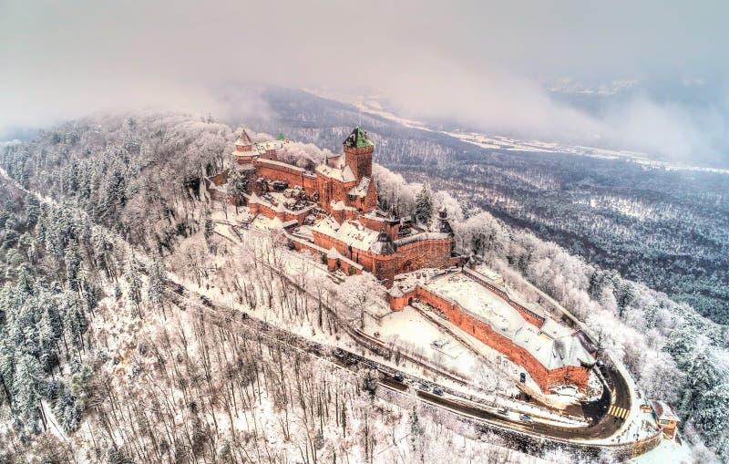 Opinião do inverno do castelo du Haut-Koenigsbourg nas montanhas de Vosges Alsácia, France imagens de stock royalty free