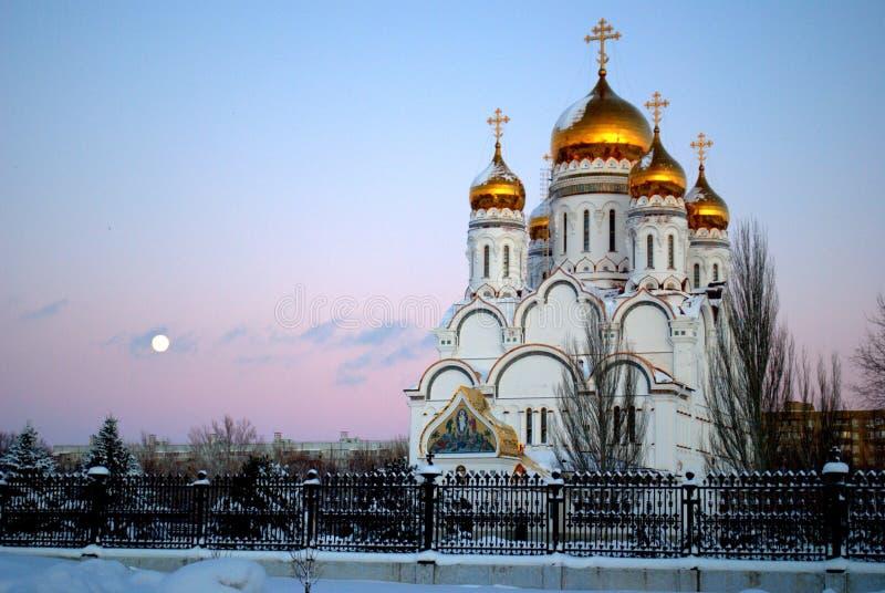 Opinião do inverno da catedral da transfiguração no fundo do céu do por do sol e da Lua cheia fotos de stock royalty free