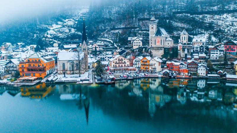 Opinião do inverno de Hallstatt, vila de madeira austríaca tradicional, cumes, Áustria foto de stock