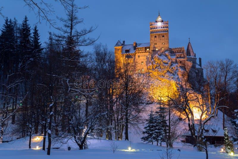 Opinião do inverno do castelo do farelo, igualmente conhecida como o castelo do ` s de Dracula foto de stock