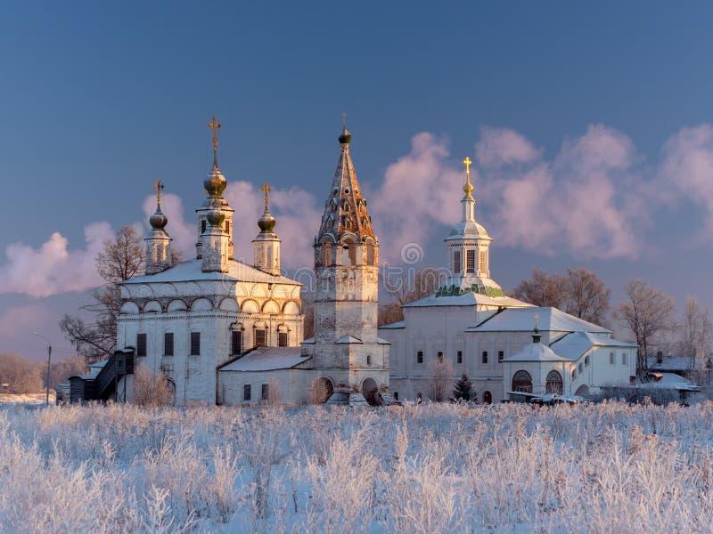 Opinião do inverno do conjunto de igrejas ortodoxas antigas em Dymkovo Sloboda, Veliky Ustyug, região de Vologodsky, Rússia fotos de stock