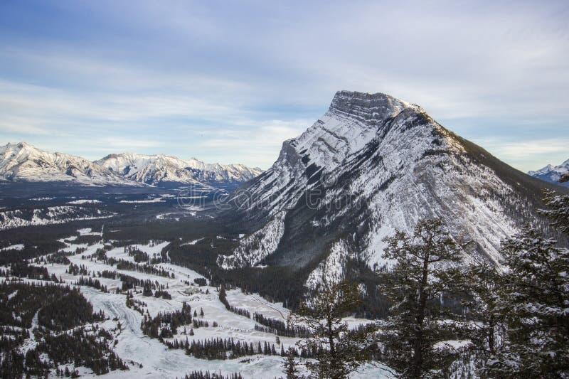 Opinião do inverno a uma montanha do búfalo do sono e a uma curva River Valley, montanha do túnel, parque nacional de Banff, Cana foto de stock