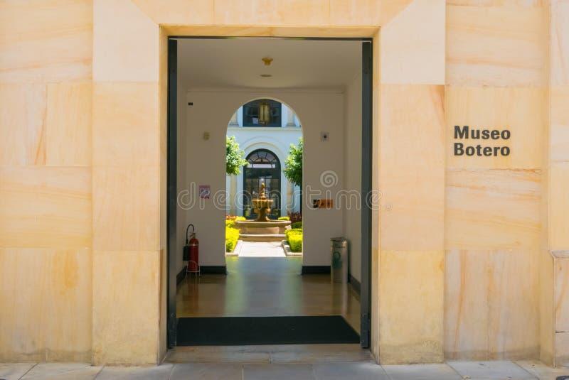 Opinião do jardim da entrada do museu de Bogotá Botero foto de stock royalty free