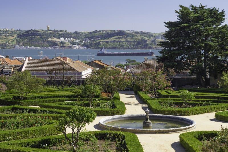 Opinião do jardim sobre o rio fotografia de stock royalty free
