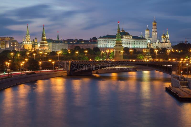 Opinião do Kremlin de Moscou na noite de verão imagem de stock royalty free