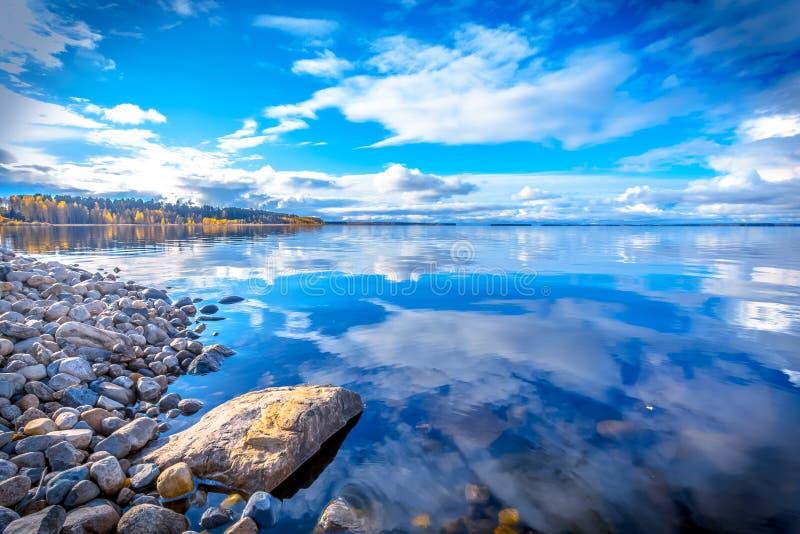 Opinião do lago autumn Foto de Kajaani, Finlandia imagens de stock