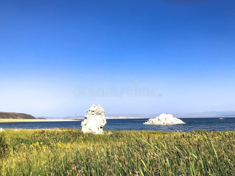 Opinião do lago e do céu em Mono County fotos de stock