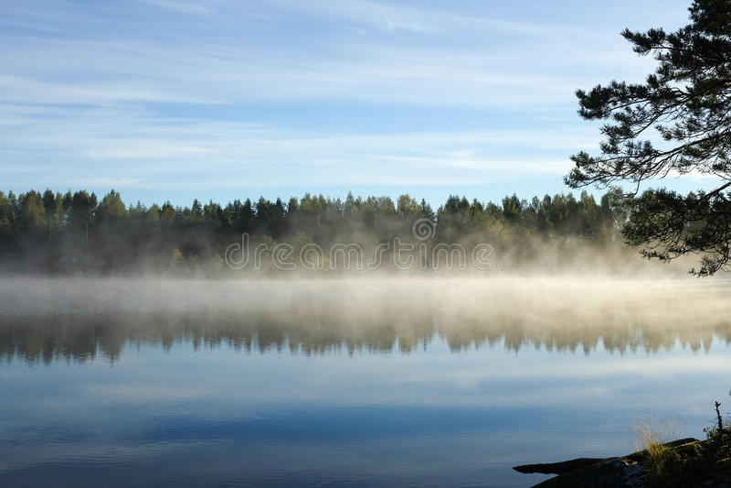 Opinião do lago early morning, Finlandia imagem de stock royalty free