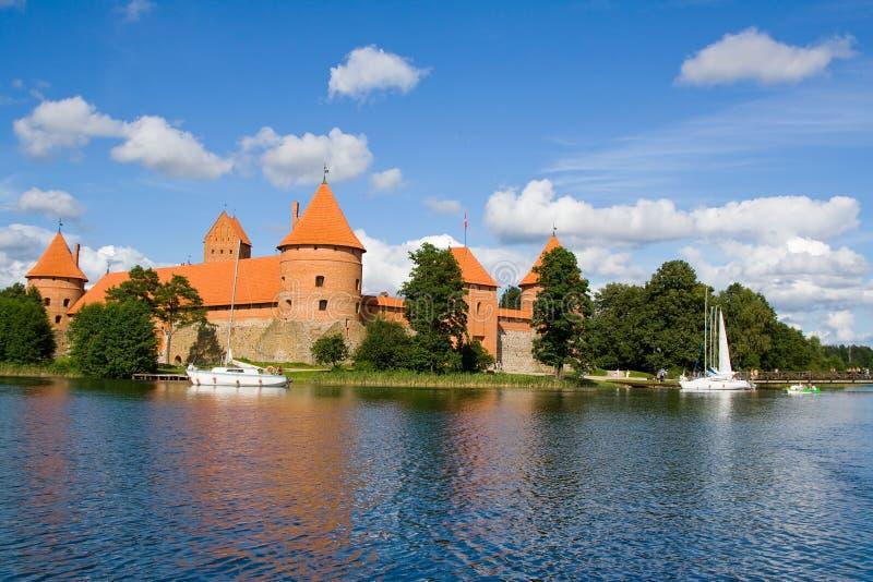 Opinião do lago Trakai do castelo fotos de stock royalty free