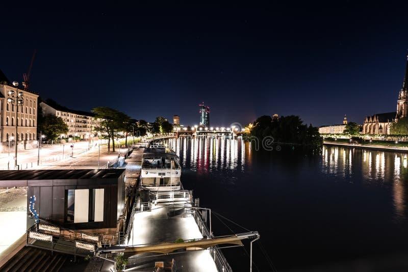 Opinião do leste de Francoforte na noite com cano principal de rio fotografia de stock royalty free
