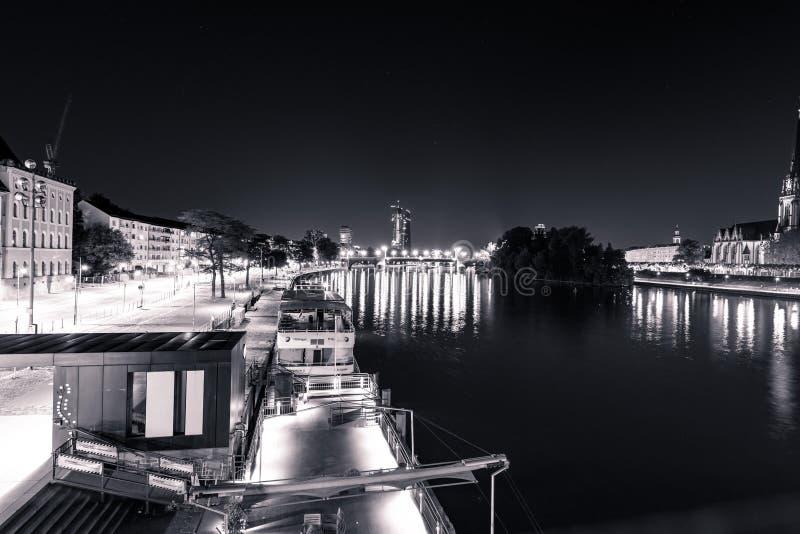 Opinião do leste de Francoforte na noite com rio b/w principal imagem de stock royalty free