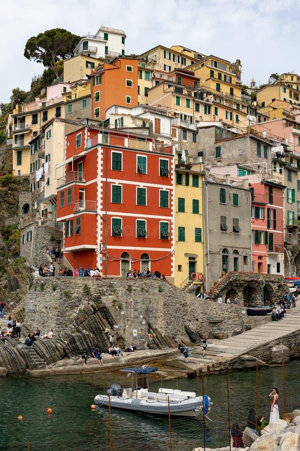 Opinião do litoral de Riomaggiore Liguria Itália o 21 de abril de 2019 Povos n?o identificados imagens de stock
