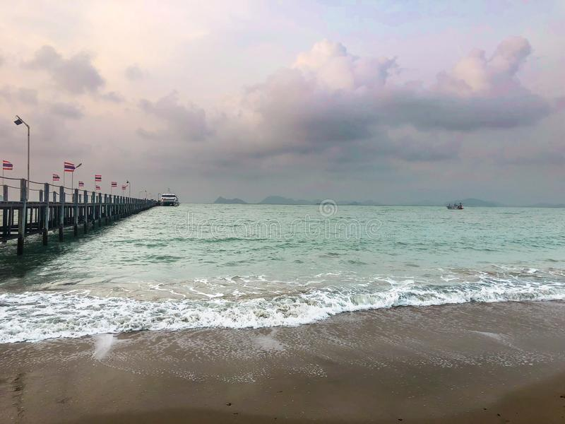 Opinião do mar com imagem da ponte e do barco fotografia de stock