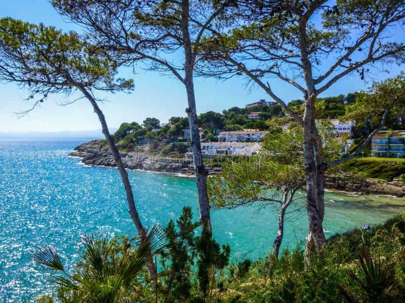 Opinião do mar de Mediterranian no dia ensolarado da parte superior de para manter Linha da costa com casas e árvores imagem de stock royalty free