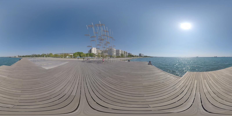 Opinião do mar e da margem de 360 VR com esculturas dos guarda-chuvas Tessal?nica, greece imagens de stock royalty free