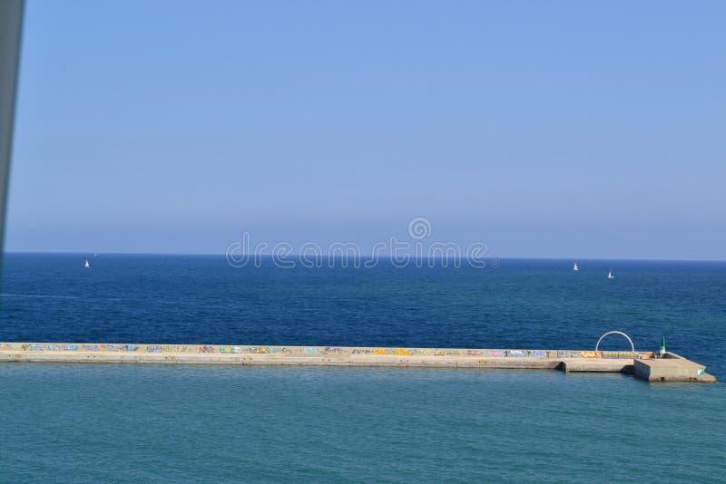 Opinião do mar Mediterrâneo de La Playa de la Barceloneta - Espanha de Barcelona foto de stock