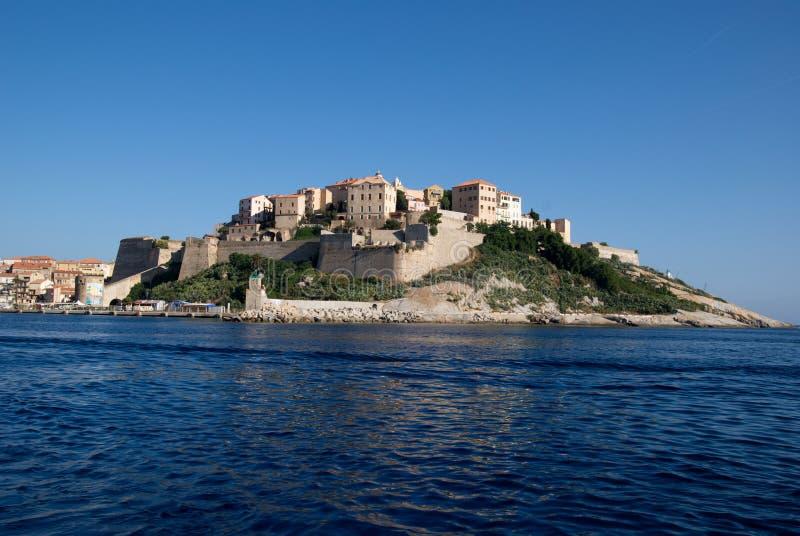 Opinião do mar na cidade velha de Calvi na ilha de Córsega em França imagem de stock