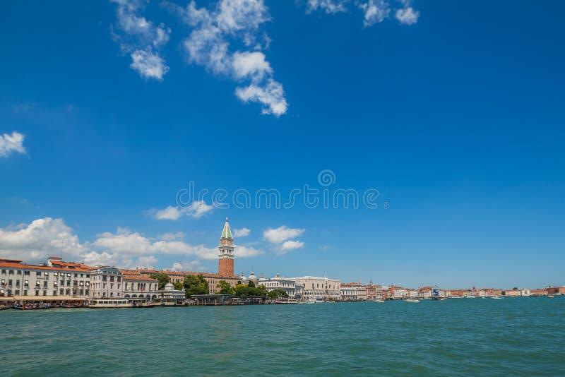 Opinião do mar no degli Schiavoni de Riva e no campanile de San Marco, Veneza, Itália fotos de stock