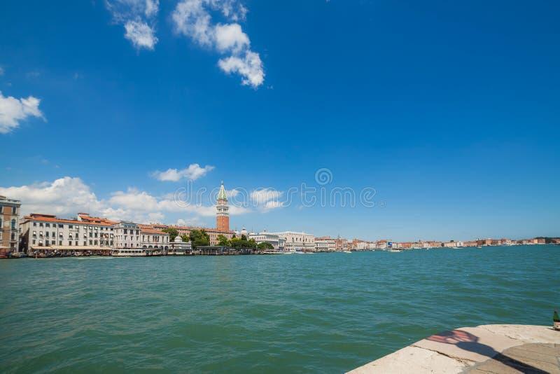 Opinião do mar no degli Schiavoni de Riva e no campanile de San Marco, Veneza, Itália imagens de stock