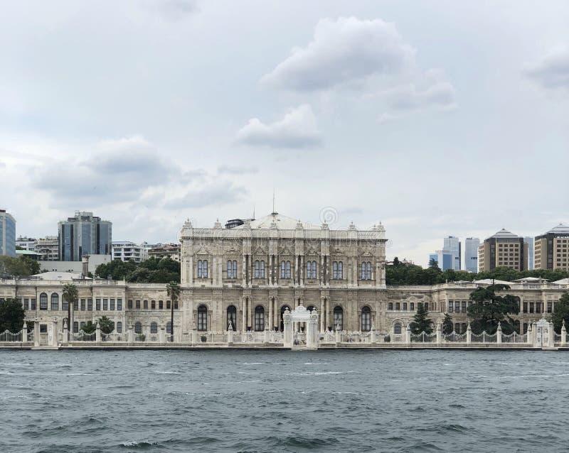 Opinião do mar do palácio de Dolmabahche em Istambul Turquia fotos de stock royalty free