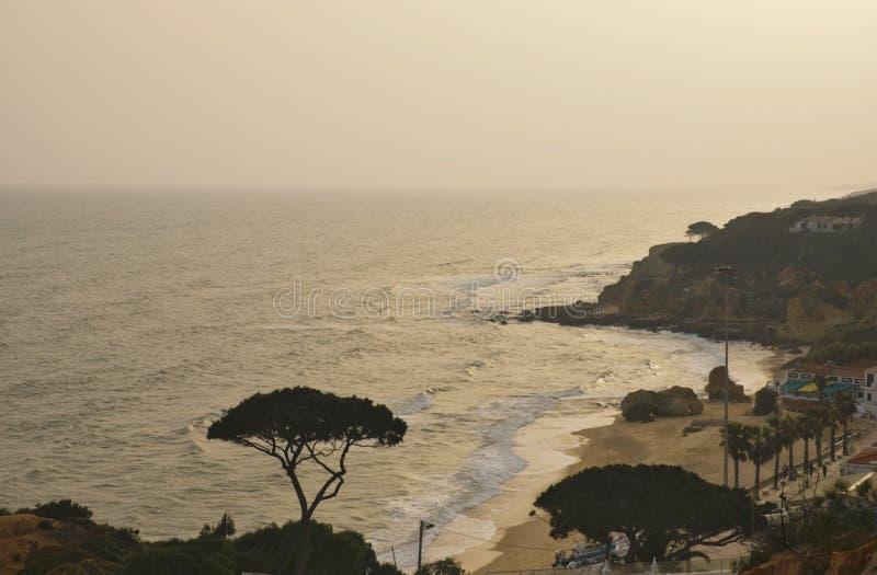Opinião do mar do por do sol na costa portuguesa do Algarve fotos de stock