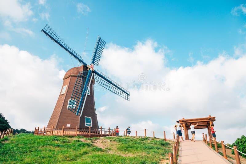 Opinião do moinho de vento e da natureza no monte do vento em Geoje, Coreia imagens de stock royalty free