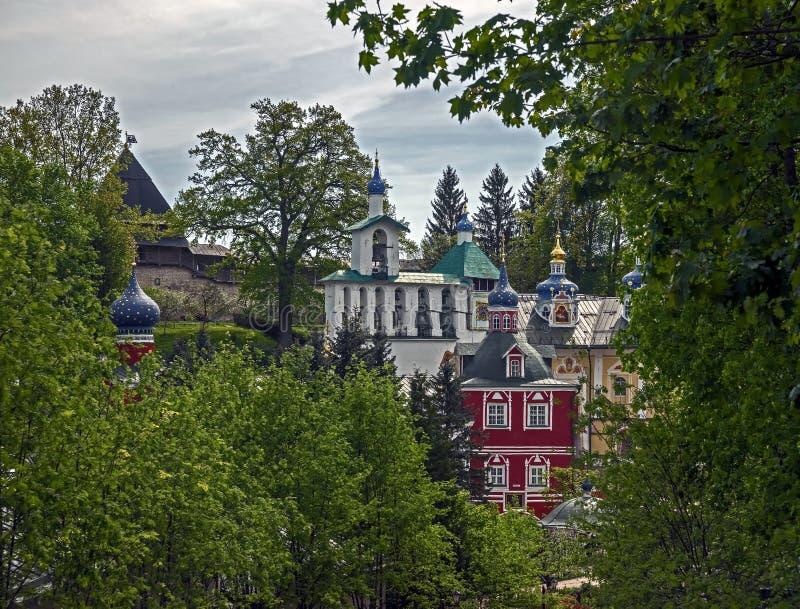 Opinião do monastério de Pskovo-Pechersky foto de stock
