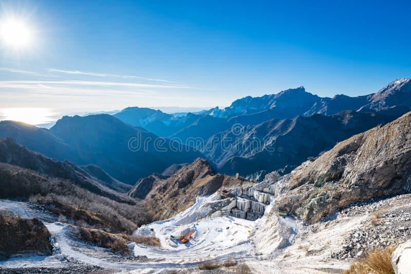 Opinião do montanha de Alpi Apuane e a de mármore da pedreira Carrara, Toscânia, imagem de stock