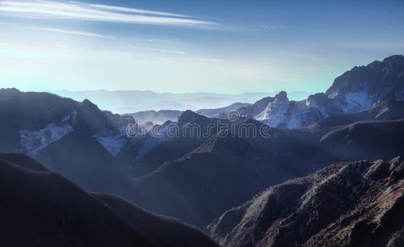 Opinião do montanha de Alpi Apuane e a de mármore da pedreira no por do sol Carrara, imagens de stock royalty free
