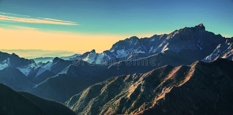 Opinião do montanha de Alpi Apuane e a de mármore da pedreira no por do sol Carrara, foto de stock royalty free