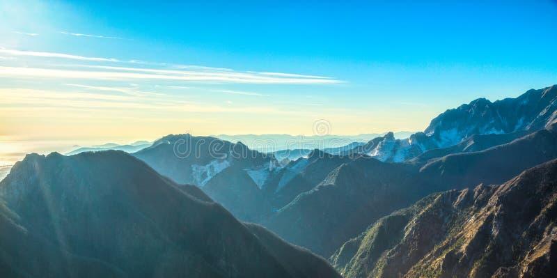 Opinião do montanha de Alpi Apuane e a de mármore da pedreira Carrara, Toscânia, imagem de stock royalty free