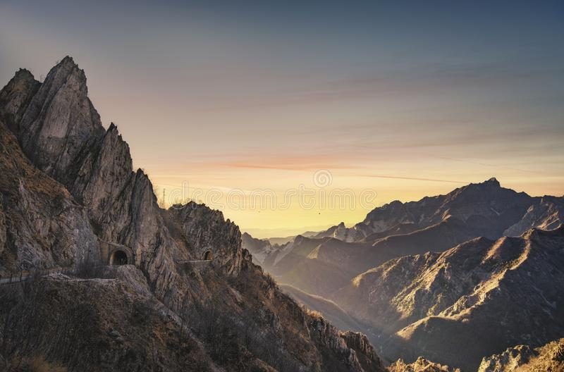 Opinião do montanha de Alpi Apuane e a de mármore da pedreira Carrara, Toscânia, Italy fotografia de stock