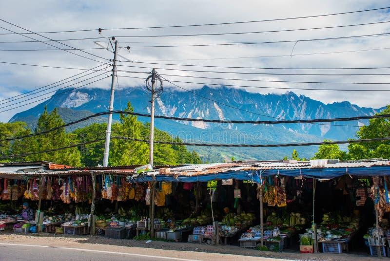 Opinião do Monte Kinabalu, vilas no monte da montanha Sabah, Bornéu, Malásia fotos de stock royalty free