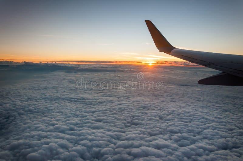 Opinião do nascer do sol da janela do avião imagem de stock royalty free