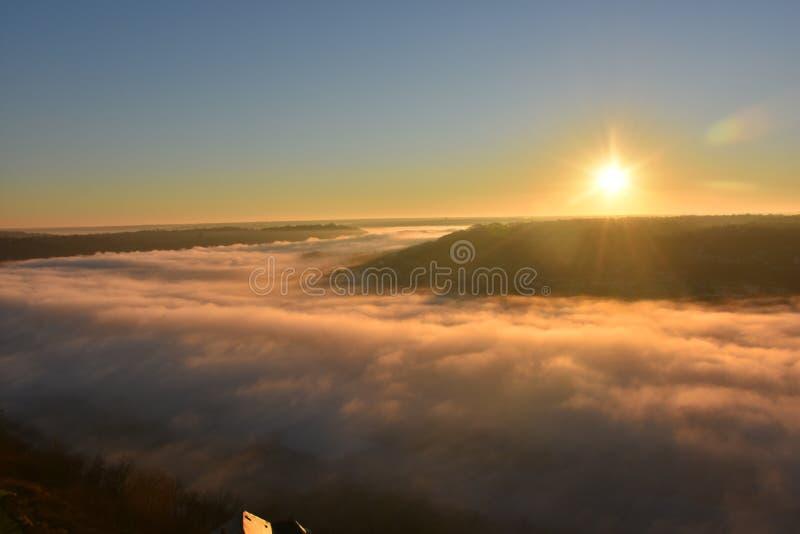 Opinião do nascer do sol de cima das nuvens fotografia de stock royalty free