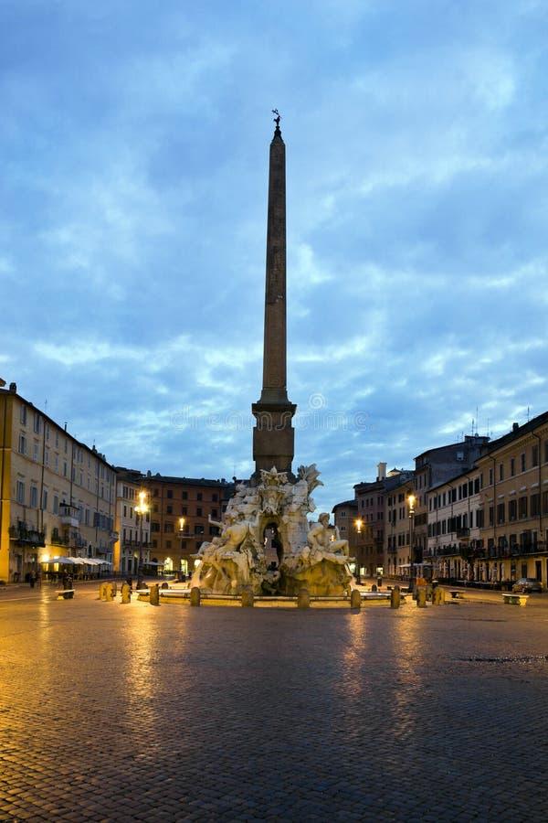 Opinião do nascer do sol do obelisco e da fonte de Bernini em Roma, Itália imagens de stock royalty free