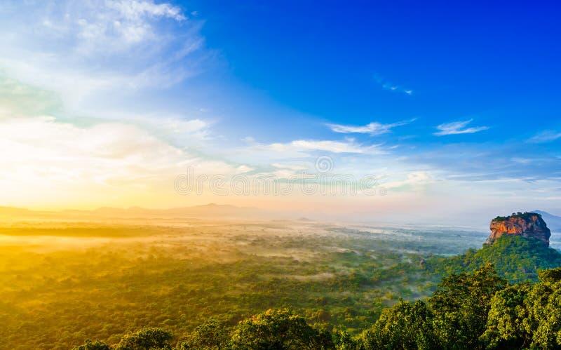 Opinião do nascer do sol à rocha de Sigiriya - Lion Rock - da rocha de Pidurangala em Sri Lanka foto de stock